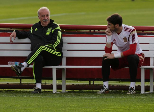 Spain's coach Vicente Del Bosque speaks with his goalkeeper Iker Casillas before a training session in Curitiba on June 14, 2014. (REUTERS/Henry Romero)