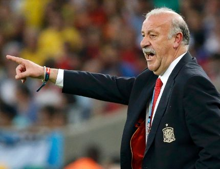 Spain coach Vicente Del Bosque gestures during the World Cup match against Chile at the Maracana stadium in Rio de Janeiro June 18, 2014. (REUTERS/Jorge Silva)