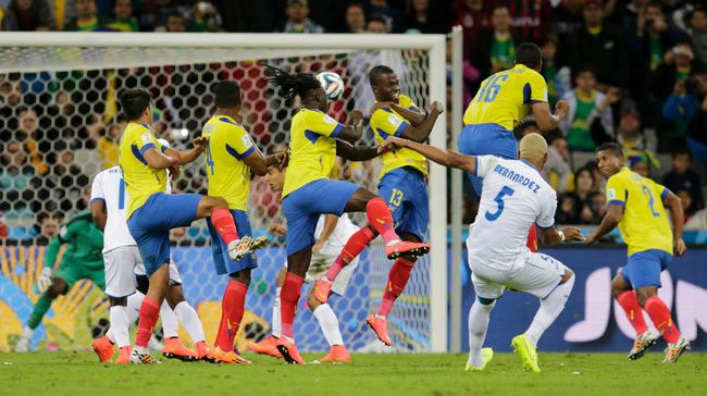 Victor Bernardez of Honduras attempts a free kick during their 2014 World Cup Group E soccer match against Ecuador at the Baixada arena in Curitiba on June 20, 2014. (REUTERS/Henry Romero)