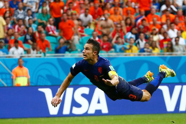 Robin van Persie of the Netherlands heads to score against Spain during their 2014 World Cup Group B soccer match at the Fonte Nova arena in Salvador June 13, 2014. (REUTERS/Michael Dalder)