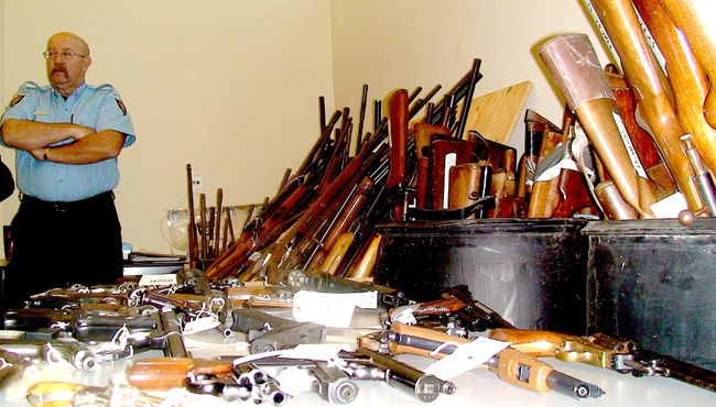 Guns recovered by police agencies. (FILE PHOTO/QMI AGENCY)