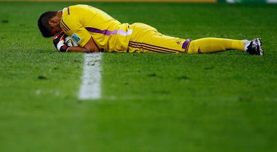 Argentina's Sergio Romero holds onto the ball after making a save against Germany during their 2014 World Cup final at the Maracana stadium in Rio de Janeiro July 13, 2014. (REUTERS/Damir Sagolj)