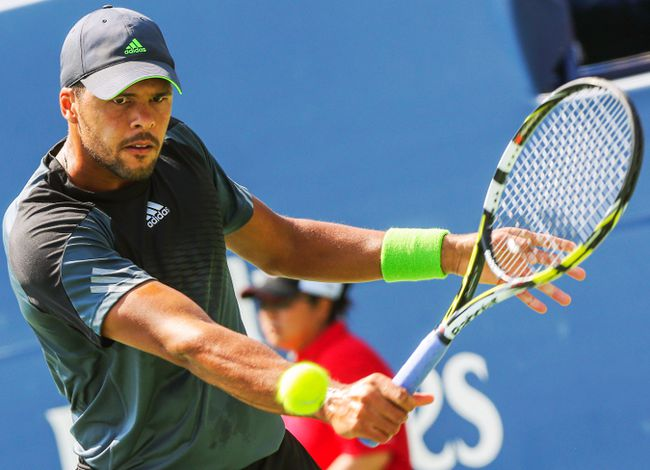 Jo-Wilfried Tsonga hits a return against Grigor Dimitrov during their Rogers Cup semifinal match in Toronto, Aug. 9, 2014. (DAVE THOMAS/QMI Agency)