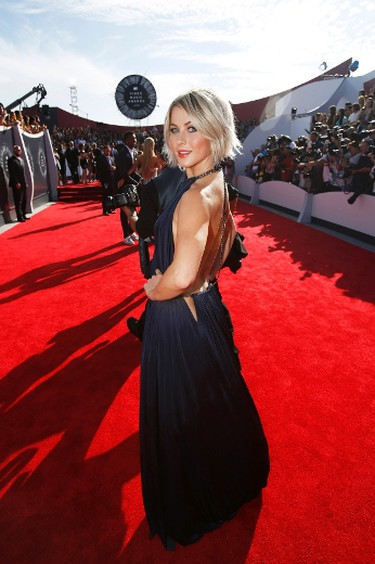 Julianne Hough arrives at the 2014 MTV Music Video Awards in Inglewood, California August 24, 2014.  REUTERS/Mario Anzuoni (UNITED STATES - Tags: ENTERTAINMENT)(MTV-ARRIVALS)