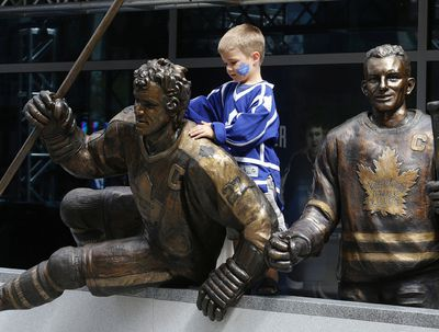 Josh DaSilva ( 5 yrs old) gets a close look at the Sittler staue. A trio of Toronto Maple Leafs greats were the first to be honoured with bronzed statues Saturday. Darryl Sittler, Johnny Bower and Ted Kennedy had their statues unveiled on Legends Row at the team's Fan Fest on Sept. 6, 2014. (Craig Robertson/Toronto Sun)