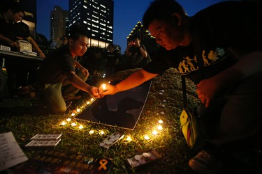 """People light candles during a candlelight vigil in solidarity with protesters of the """"Occupy Central"""" movement in Hong Kong, at Hong Lim Park Speakers' Corner in Singapore October 1, 2014. REUTERS/Edgar Su"""