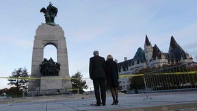 Prime Minister Stephen Harper and his wife Laureen Harper pay their respects to Cpl. Nathan Cirillo at the Canada War Memorial in Ottawa October 23, 2014.     REUTERS/Chris Wattie