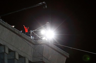 Daredevil Nik Wallenda reacts after completing his first walk along a tightrope between two skyscrapers suspended 500 feet  above the Chicago River in Chicago, Illinois, November 2, 2014.      REUTERS/Jim Young