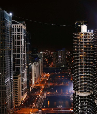 Daredevil Nik Wallenda walks along a tightrope between two skyscrapers suspended 500 feet   above the Chicago River in Chicago, Illinois, November 2, 2014.   REUTERS/Jim Young