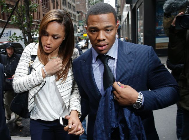 Former Baltimore Ravens running back Ray Rice and his wife Janay arrive for a hearing at a New York City office building November 5, 2014. (REUTERS/Mike Segar)
