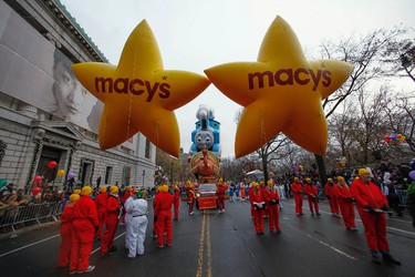 Performers prepare for the Macy's Thanksgiving Day Parade in New York, November 27,  2014. REUTERS/Eduardo Munoz