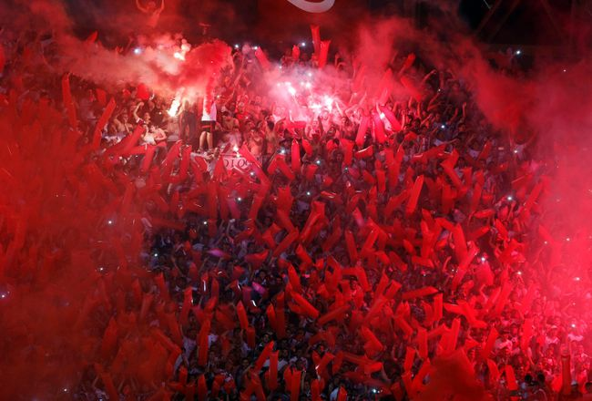 River Plate's fans light flares as they cheer before the Copa Sudamericana second leg semi-final soccer match against Boca Juniors in Buenos Aires November 27, 2014. (REUTERS/Enrique Marcarian)
