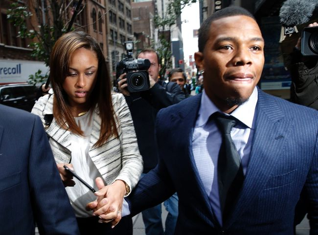 Former Baltimore Ravens NFL running back Ray Rice and his wife Janay arrive for a hearing at a New York City office building November 5, 2014. (REUTERS/Mike Segar)