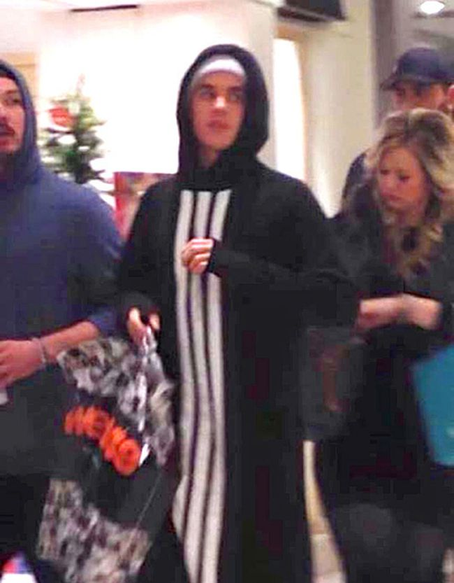 Justin Bieber walks in the Masonville Mall in London, Ont. carrying a West49 bag. (Isobel Mason Photo)