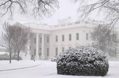 The White House is seen under first winter snowfall in Washington January 6, 2015. REUTERS/Yuri Gripas