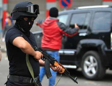 A riot police holds a weapon during an anti-government protest in downtown Cairo January 25, 2015. Three people were killed during pro-democracy protests in Egypt and a bomb wounded two policemen on Sunday, the anniversary of the 2011 uprising that toppled autocrat Hosni Mubarak, security sources said. REUTERS/Mohamed Abd El Ghany