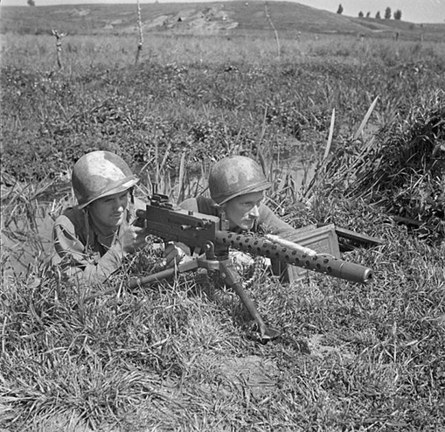 Men of the First Special Service Force (also known as the Devil's Brigade), Sergeant C.L. Sullivan (L) and Private Charles H. Prestwich, prepare with a Browning light machine gun at Anzio beachhead, Italy, in late April, 1944, in this handout photo courtesy of Canada's Department of National Defence. The unit, which will receive a Congressional Gold Medal in Washington on February 3, 2015, laid the foundation for modern-day special forces units in the United States and Canada.  REUTERS/Lieut. C.E. Nye/Canada's Department of National Defence/Library and Archives Canada/Handout