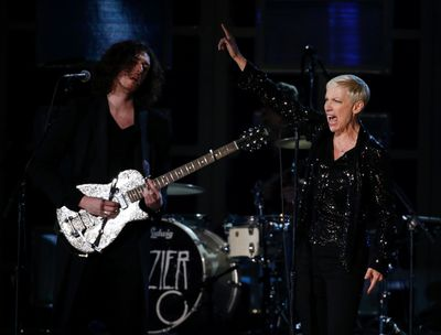 """Hozier performs """"Take Me To Church"""" with Annie Lennox at the 57th annual Grammy Awards in Los Angeles, California February 8, 2015.   REUTERS/Lucy Nicholson"""
