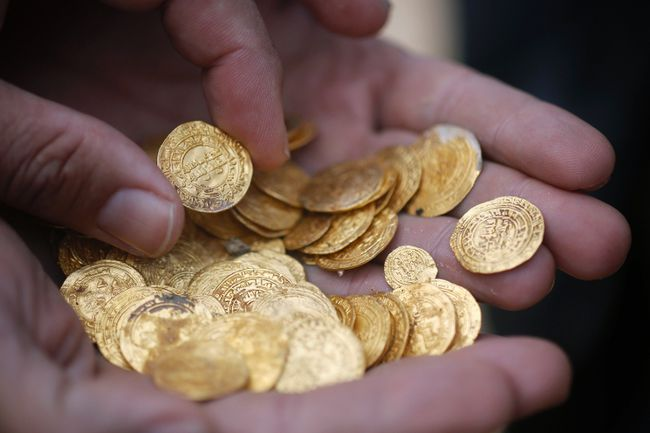 Ancient gold coins are displayed in Caesarea, north of Tel Aviv along the Mediterranean coast February 18, 2015. Almost 2,000 gold coins, believed to be from the 11th century, were found in recent weeks on the seabed by amateur divers who then alerted the Israel Antiquities Authority's Marine Archaeology Unit.  REUTERS/Nir Elias