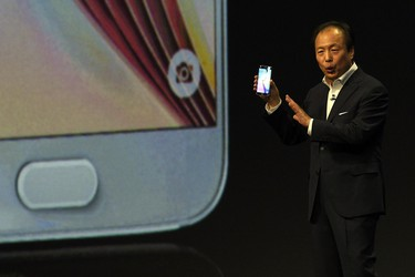 Samsung Electronics president and CEO JK Shin presents the Samsung Galaxy S6 during the 2015 Mobile World Congress in Barcelona on March 1, 2015. (AFP PHOTO/LLUIS GENE)