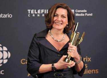 Lisa LaFlamme of CTV National News poses with her award for best TV news anchor backstage at the 2015 Canadian Screen Awards in Toronto, March 1, 2015. (REUTERS/Fred Thornhill)