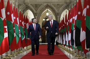 Canada's Prime Minister Stephen Harper (R) and Jordan's King Abdullah walk in the Hall of Honour on Parliament Hill in Ottawa April 29, 2015. REUTERS/Chris Wattie