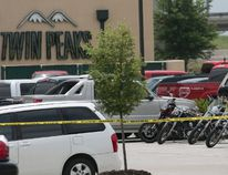 Several motorcycles are seen in the parking lot of the Twin Peaks Sports Bar and Grill in Waco, Texas May 18, 2015. Bikers from at least five rival gangs attacked each other with various weapons at a Twin Peaks Sports Bar and Grill in the central Texas city. REUTERS/Laura Buckman