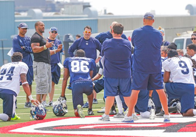 Robert McCune (left), star linebacker of the 2012 Grey Cup-champion Argonauts, talks to the Double Blue rookies on Friday at training camp. (DAVE THOMAS, Toronto Sun)