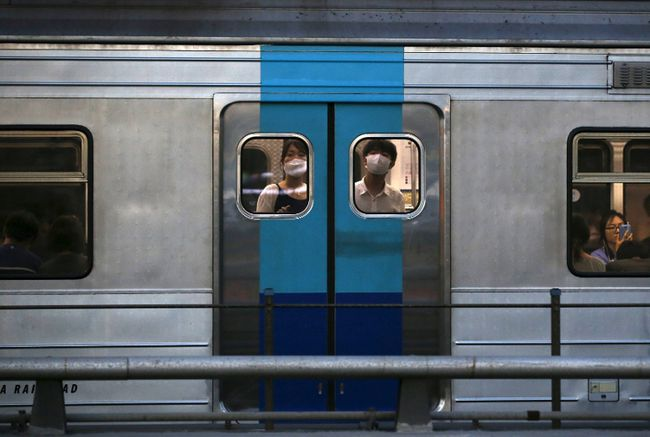 Passengers wearing masks to prevent contracting Middle East Respiratory Syndrome (MERS) look out from a subway train in Seoul, South Korea, June 12, 2015. (REUTERS/Kim Hong-Ji)