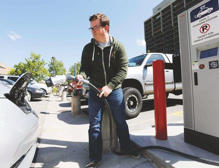 Electric car charging station. (FILE/POSTMEDIA NETWORK)