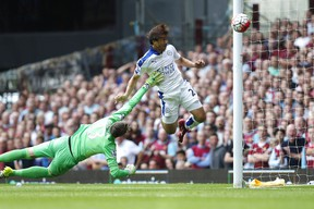 Leicester City's Shinji Okazaki (right) scores against West Ham United goalkeeper Adrian during the English Premier League match at The Boleyn Ground in London on August 15, 2015. (AFP PHOTO/JUSTIN TALLIS)