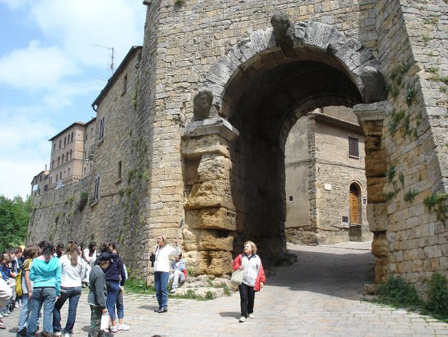 On Volterra's Etruscan arch, three seriously eroded heads show what happens when you leave something outside for more than 2,000 years. (Photo: Rick Steves)