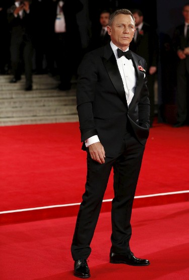 """Daniel Craig poses for photographers as he attends the world premiere of the new James Bond  007 film """"Spectre"""" at the Royal Albert Hall in London, Britain October 26, 2015. REUTERS/Luke MacGregor"""