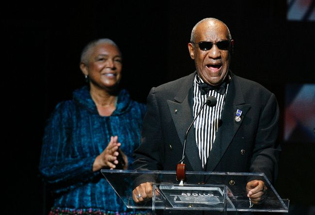 Comedian Bill Cosby addresses the crowd in front of his wife, Camille Cosby, after being honored during the Apollo Theatre's 75th anniversary gala in New York, in this June 8, 2009 file photo.  REUTERS/Lucas Jackson/Files