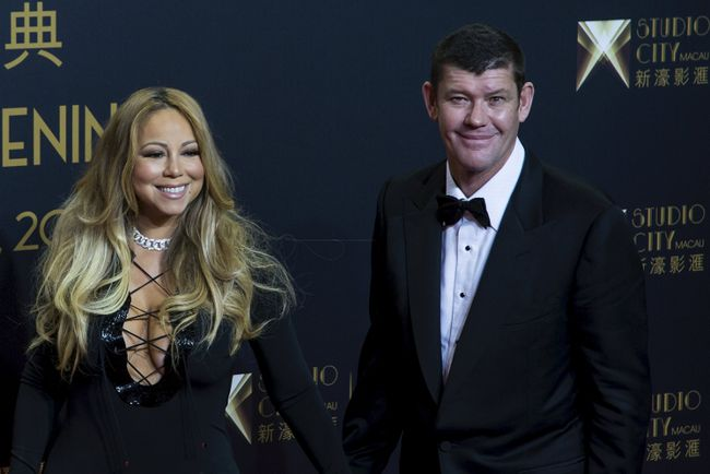 """Singer Mariah Carey (L) and Australian billionaire James Packer, co-chairman of Melco Crown Entertainment, pose on the red carpet before the opening ceremony of Studio City and the premiere of the short film """"The Audition"""" in Macau, China, October 27, 2015. REUTERS/Tyrone Siu"""