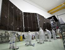 Technicians stow for launch a solar array on NASA's Juno spacecraft. Each of Juno's three solar arrays is 2.7 metre wide by 8.9 metre. (NASA/JPL-Caltech/KSC)