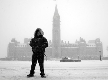An RCMP officer stands on guard on Parliament Hill during a winter storm Tuesday February 16, 2016. (Darren Brown. Assignment 122908
