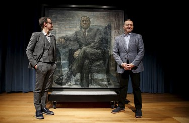 Actor Kevin Spacey (R) stands beside a portrait of his House of Cards character President Frank J. Underwood on the  day of its unveiling at the Smithsonian's National Portrait Gallery in Washington February 22, 2016.  At left is British artist Jonathan Yeo who painted the portrait. REUTERS/Kevin Lamarque        EDITORIAL USE ONLY. NO RESALES. NO ARCHIVE