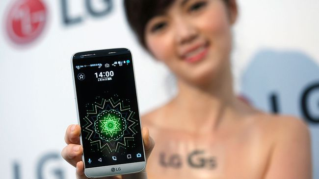 A model poses for photographs with LG Electronics' new smartphone G5 during its launch event in Taipei, Taiwan March 24, 2016. REUTERS/Tyrone Siu