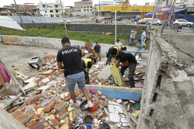 Police officers search through debris after an earthquake struck off Ecuador's Pacific coast, at Tarqui neighborhood in Manta April 17, 2016.  REUTERS/Guillermo Granja