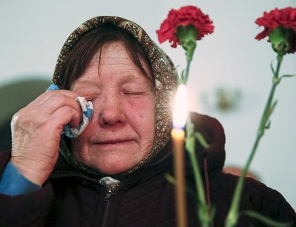 A woman cries during a memorial service for victims of the Chernobyl nuclear disaster in a church in Kiev, Ukraine, April 25, 2016. REUTERS/Valentyn Ogirenko
