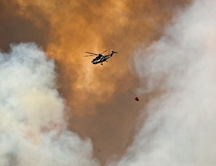 helicopter battles a wildfire in Fort McMurray, Alta.