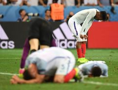 England's Daniel Sturridge and Gary Cahill react after losing 1-2 to Iceland in the Euro 2016 Round of 16 at the Allianz Riviera stadium in Nice on June 27, 2016. (AFP PHOTO / PAUL ELLIS)