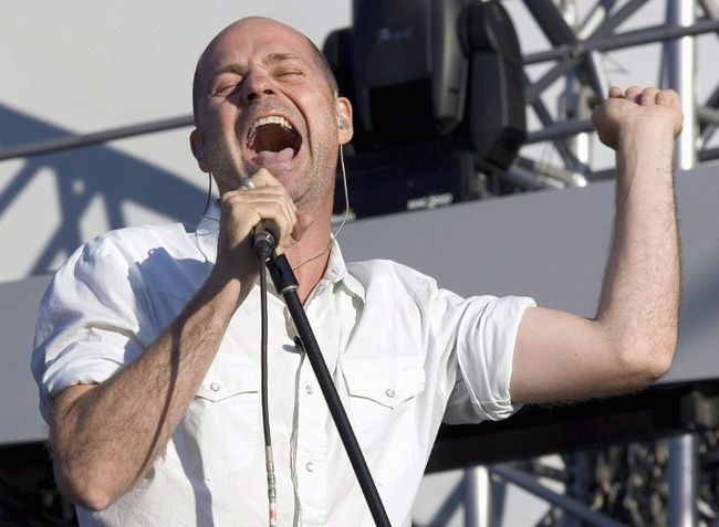 Gord Downie of the Tragically Hip performs in Moncton, N.B. on Saturday, Sept. 3, 2005. (THE CANADIAN PRESS/Paul Chiasson)