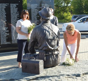 Photo by KEVIN McSHEFFREY/THE STANDARD Ontario Premier Kathleen Wynne and Marie-Frances Lalonde, Minister Responsible for Francophone Affairs, visited Elliot Lake on Sunday. Their first stop was at the Miners Memorial Park where they placed flowers at the Miners Monument.