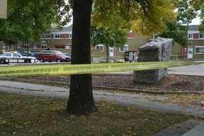 Police monitor the scene of a homicide on Robinson Street north of Dufferin Avenue in Winnipeg's North End in 2013. (FILE PHOTO)