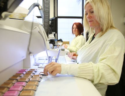 Terri Lewis, right, and Kathy Migneault process samples of cancerous tissue at the Queen's University department of pathology and molecular medicine. The university received $3.7 million to establish a network of cancer researchers. (Elliot Ferguson/The Whig-Standard)