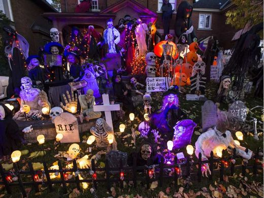 Glebe homeowner raises bar for halloween decorating toronto sun - Halloween decorations toronto ...