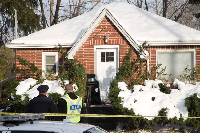 A London police sergeant speaks to a member of the Special Investigations Unit in front of 56 Duchess Ave. where a 35 year old man died after a confrontation with police at in London, Ont. on Friday December 23, 2016. Derek Ruttan/The London Free Press/Postmedia Network