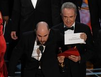 "Actor Warren Beatty (C) shows the card reading Best Film 'Moonlight"" after mistakingly reading ""La La Land"" initially at the 89th Oscars on February 26, 2017 in Hollywood, California. / AFP PHOTO / Mark RALSTONMARK RALSTON/AFP/Getty Images"